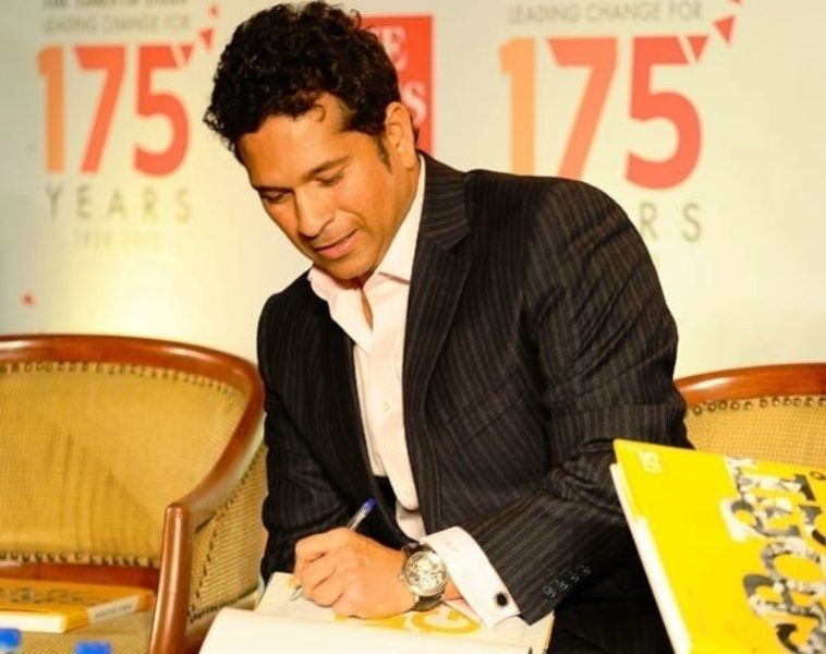 Sachin Tendulkar writing with his left hand