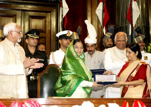 Sushma Swaraj Being Presented With The Outstanding Parliamentarian Award