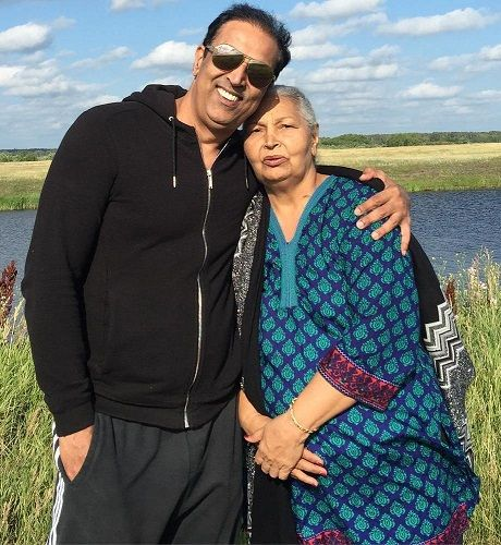 Vindu Dara Singh with his mother-Surjit Kaur Randhawa