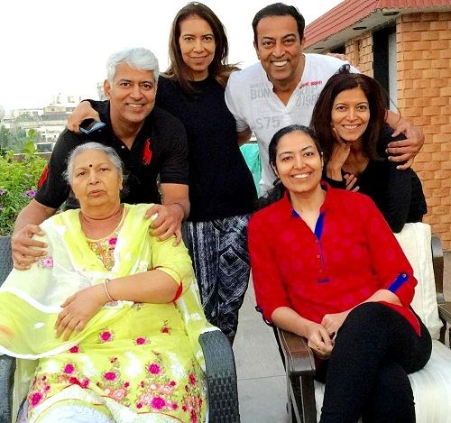 Vindu Dara Singh with his mother three sisters and brother