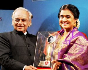Amruta Subhash Receiving Smita Patil Award