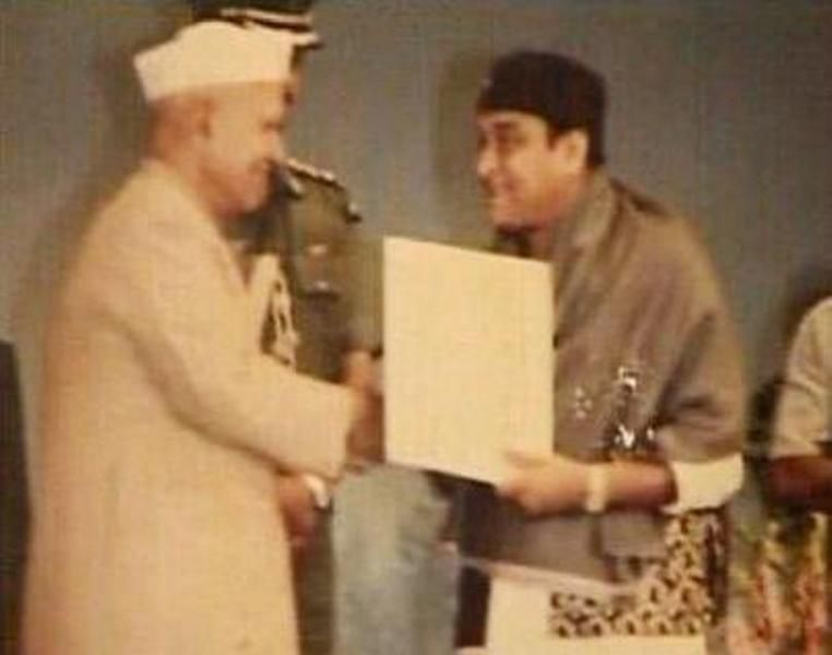 Bhupen Hazarika Receiving Dadasaheb Phalke Award