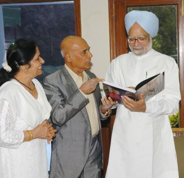 Khayyam and his wife with Manmohan Singh