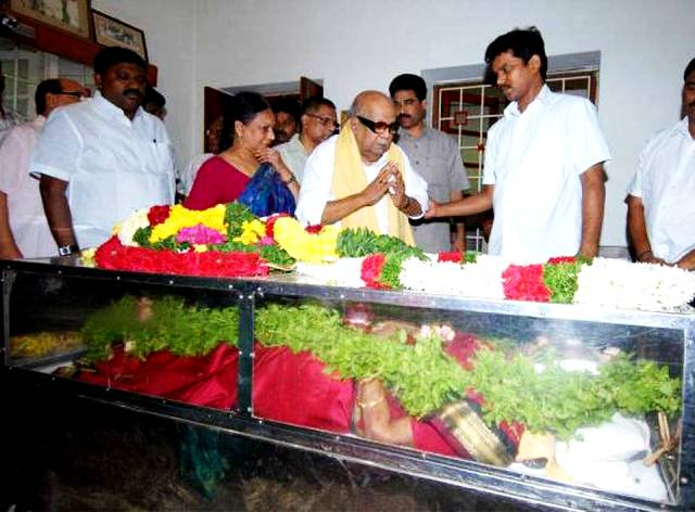 M. Karunanidhi paying his last respects to Nalini Chidambaram's mother Soundara Kailasam