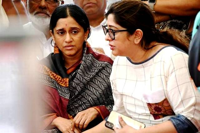 Malavika Krishna With Her Sister During VG Siddharth's Funeral