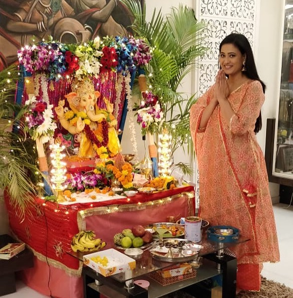 Shweta Tiwari praying to Lord Ganesha