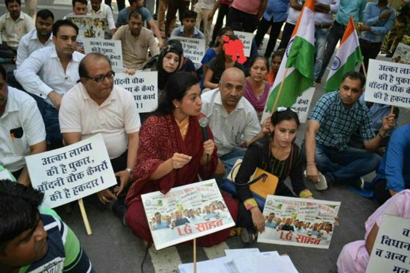 Alka Lamba Protesting in front of the CM's residence