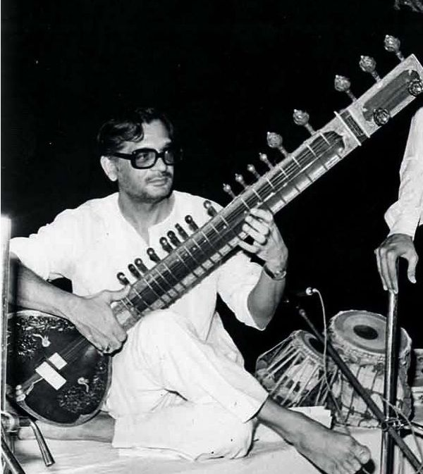 Gulzar playing Sitar