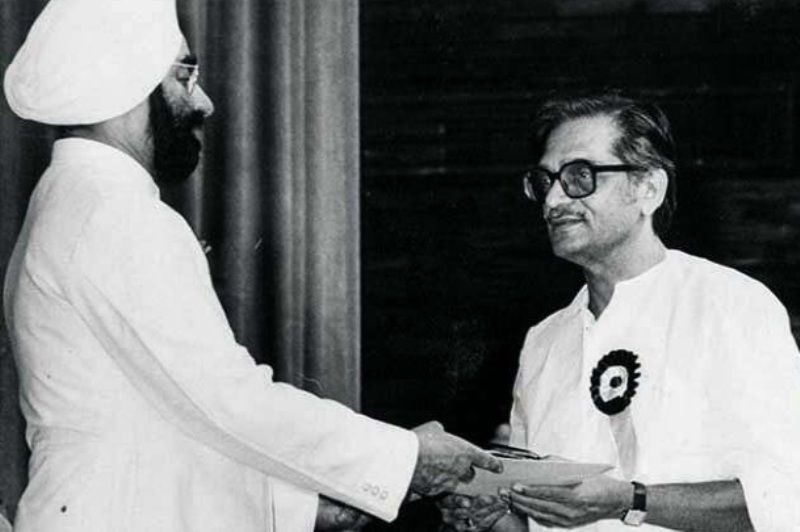 Gulzar receiving National Award