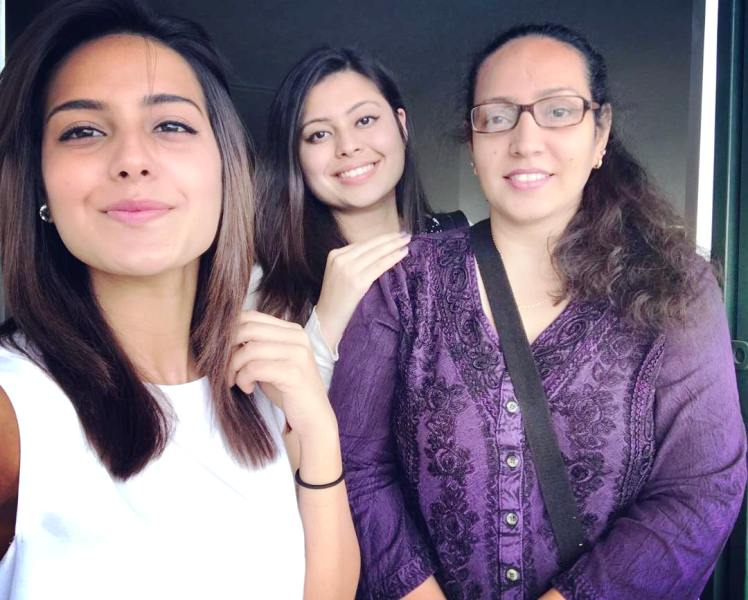 Iqra Aziz with Her Sister and Mother