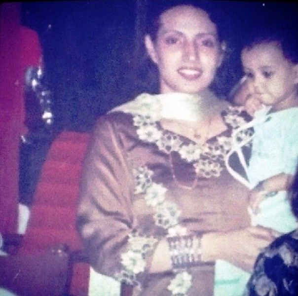 Iqra Aziz's Childhood Picture with Her Mother