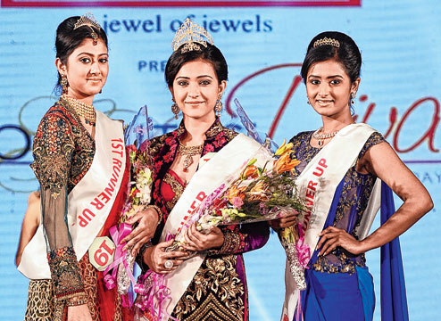 Koushani Mukherjee as the winner of P.C. Chandra Goldlites Diva 2015