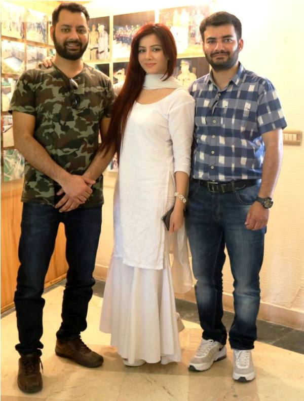Rabi Pirzada with Her Brothers