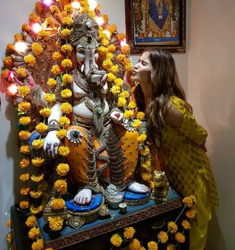 Arti Singh with Lord Ganesha's idol