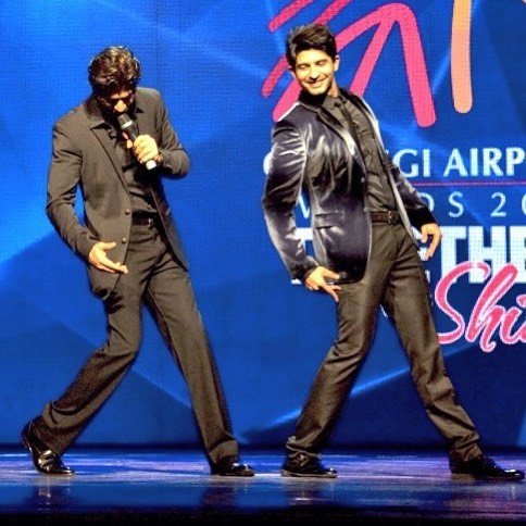 Hussain Kuwajerwala sharing the stage with Shah Rukh Khan