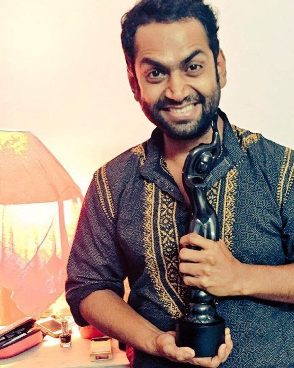 Sharib Ali Hashmi Posing with His Filmfare Award