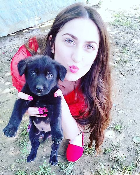 Elif Khan with a puppy