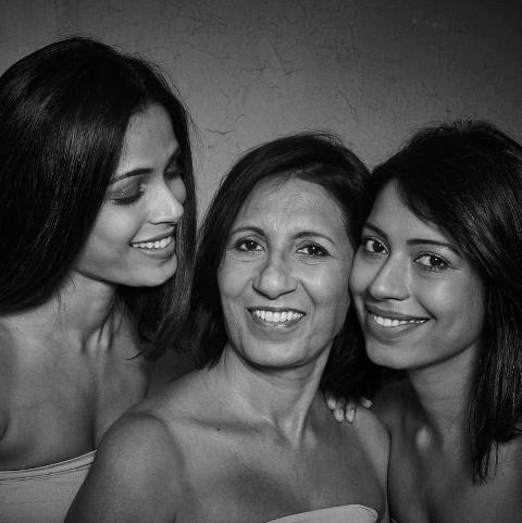 Freida Pinto with her mother and sister