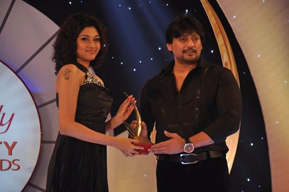Oviya Helen receiving her Variety Film Award