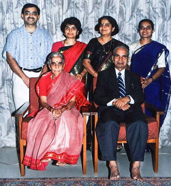 Sudha Murthy with Her Parents amd Siblings