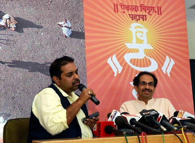 Uddhav Thackeray with Shankar Mahadevan at the launch of Pahava Vitthal