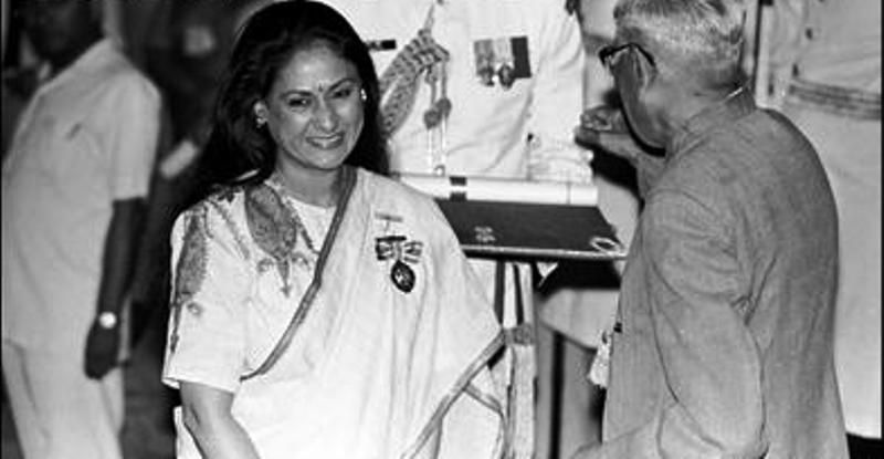 Jaya Bachchan Receiving Padma Shri from the Former President of India R Venkataraman