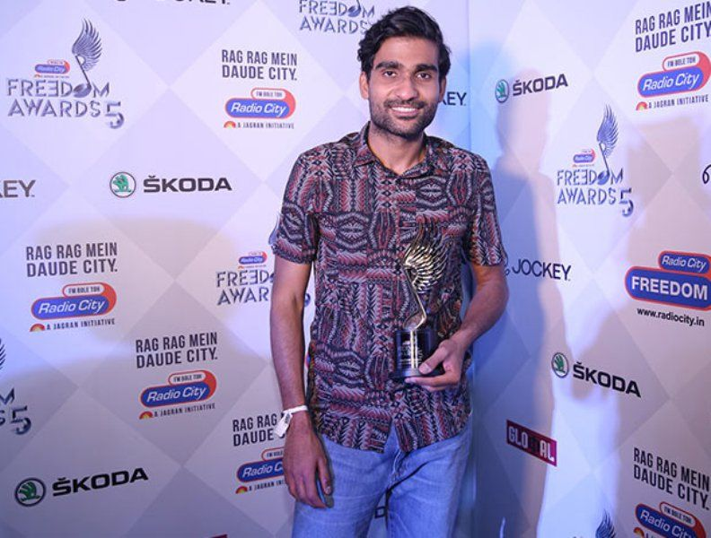 Prateek Kuhad with his Award