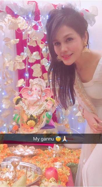 Sonu Kakkar with the idol of Lord Ganesha