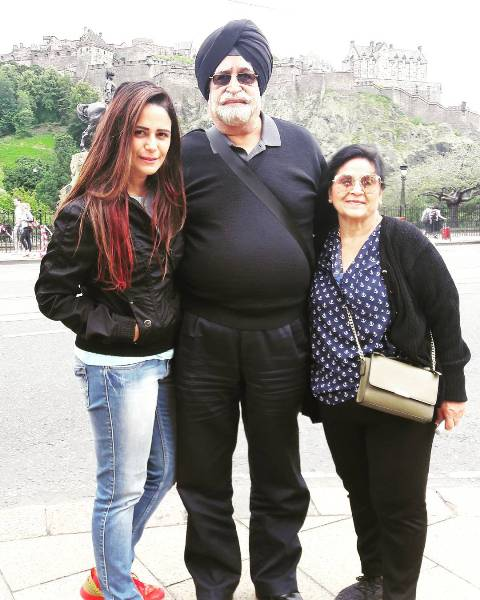 Mona Singh with her parents