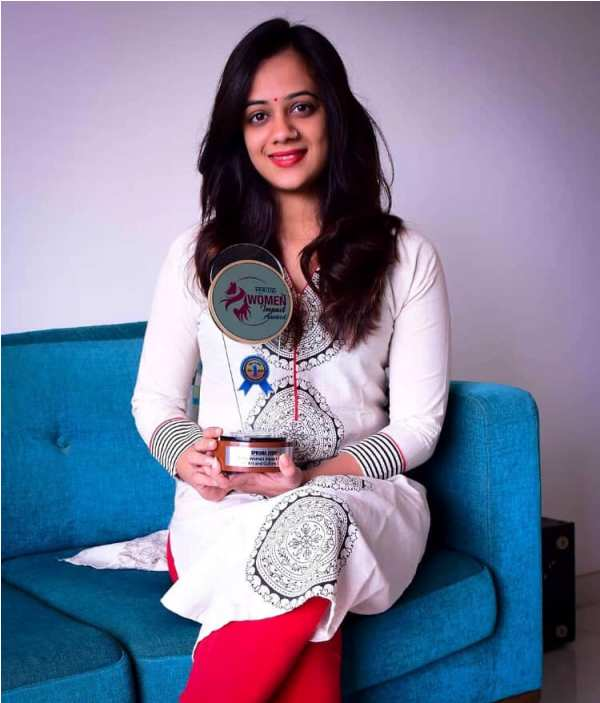 Spruha Joshi with Her Award