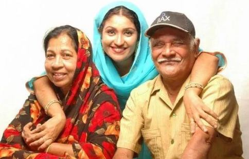 Thesni Khan with her parents