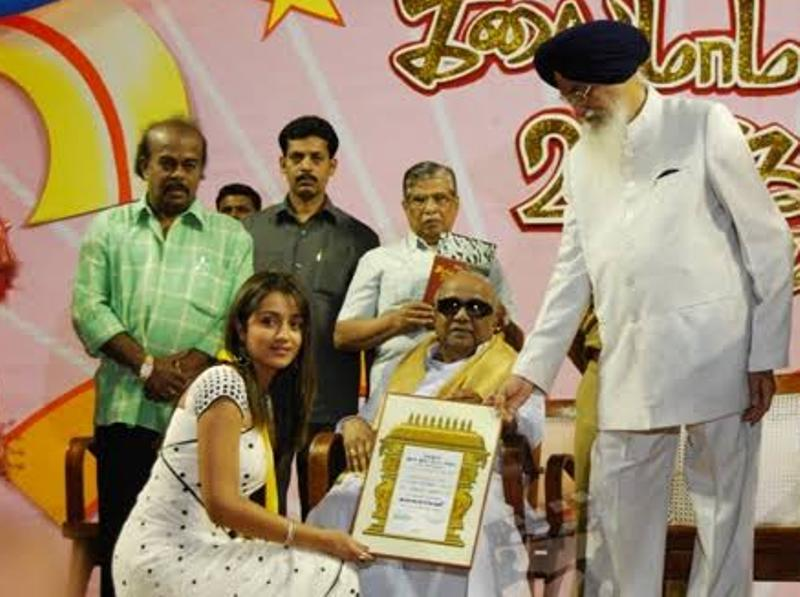 Trisha Krishnan receiving Kalaimamani Award
