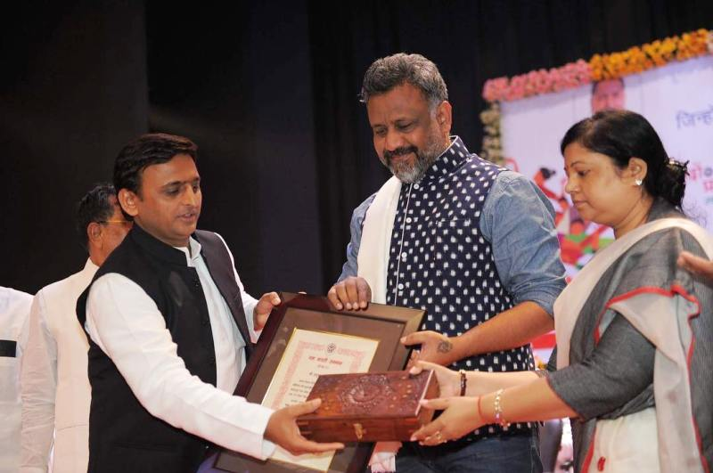 Anubhav Sinha receiving the Yash Bharti Award from Akhilesh Yadav