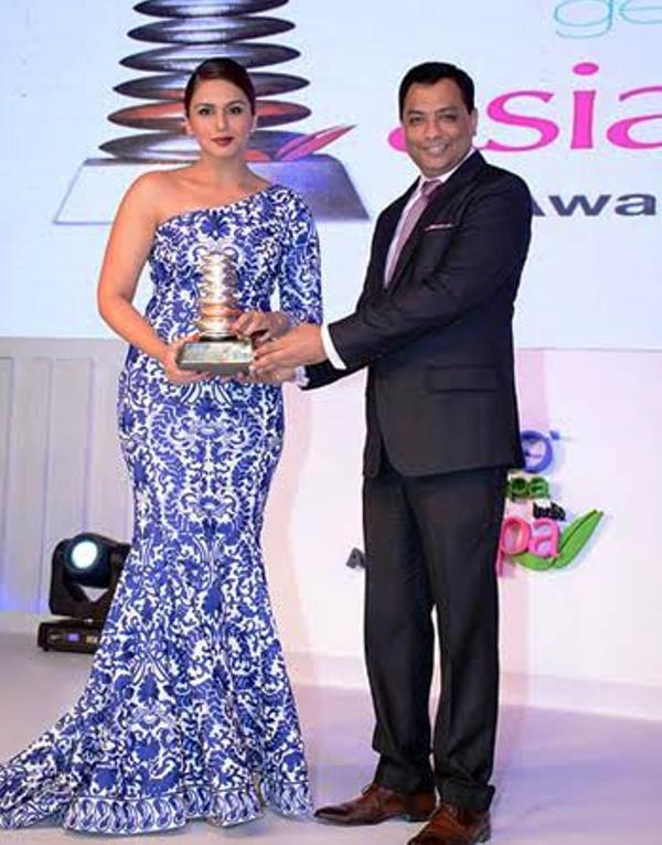 Huma Qureshi Receiving an Award