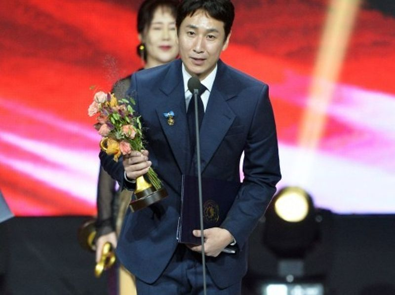 Lee Sun-kyun honoured with Prime Minister's Commendation