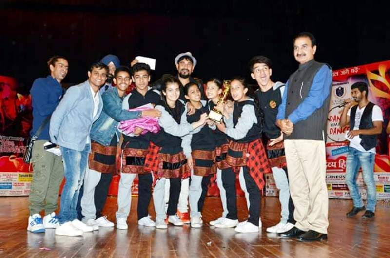 Pratibha Ranta with Her Dancing Team