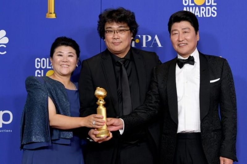 Song Kang-ho, Lee Jeong-eun, and Bong Joon-ho with the Trophy Golden Globe Award