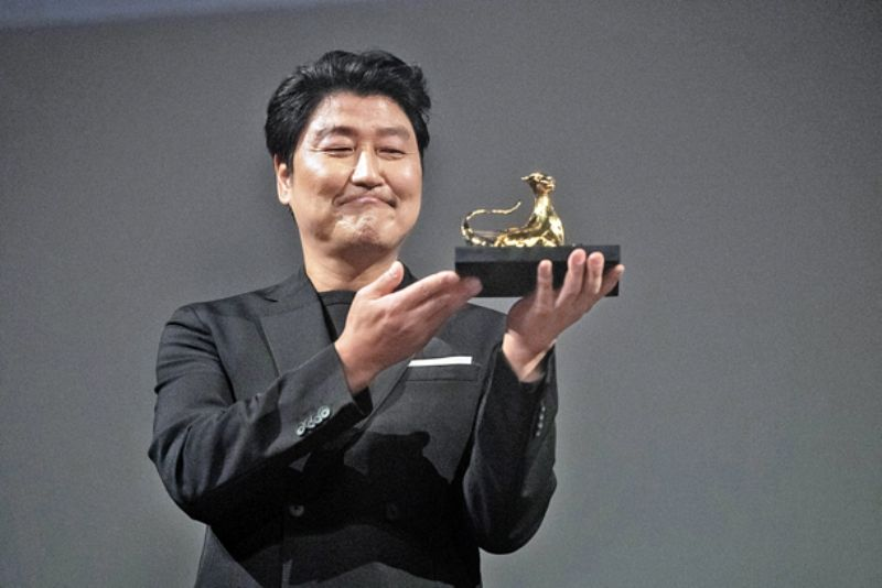 Song Kang-ho with his Excellence Award at 72nd Locarno International Film Festival