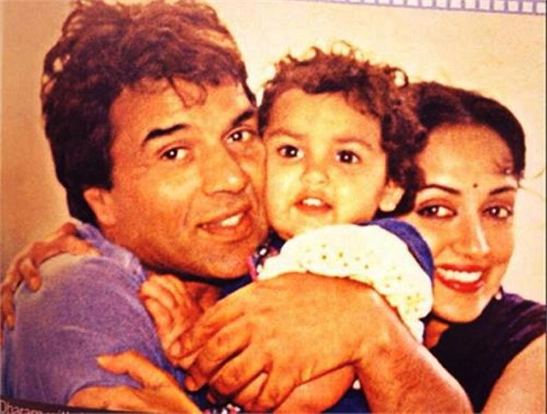 A Childhood Picture of Esha Deol With Her Parents