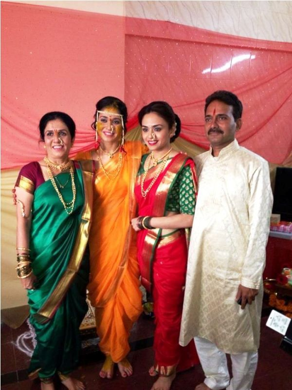Amruta Khanvilkar With Her Sister and Parents