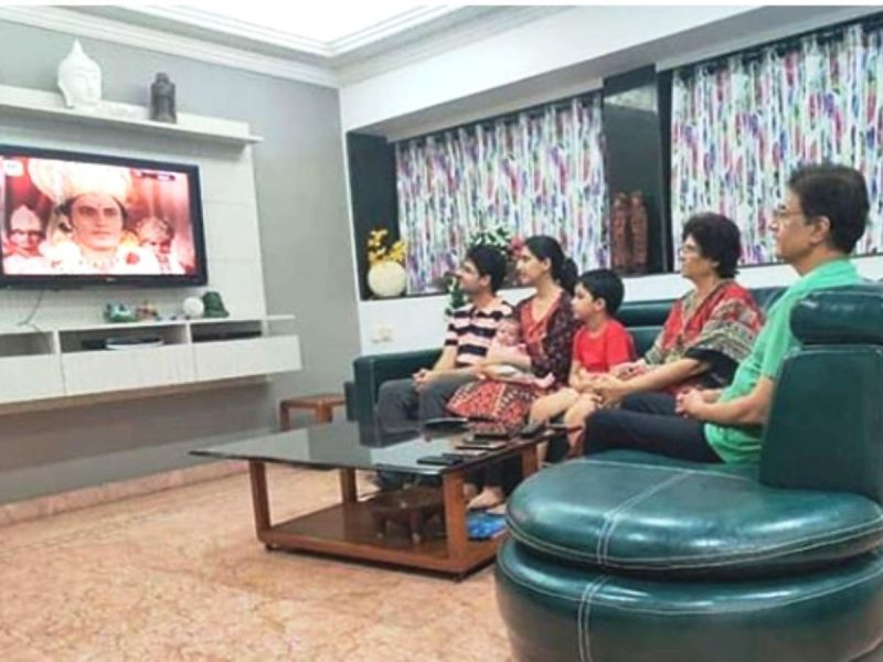 Arun Govil watching Ramayan along with his family