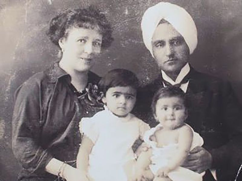 Childhood Picture of Amrita with her Parents and Sister