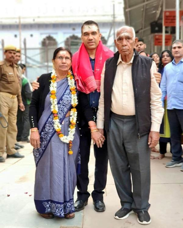 IG Navniet Sekera with his parents
