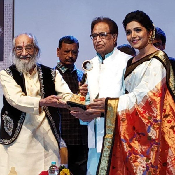 Mukta Barve Receiving Smita Patil Award