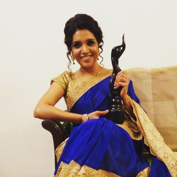 Mukta Barve with her Filmfare Award