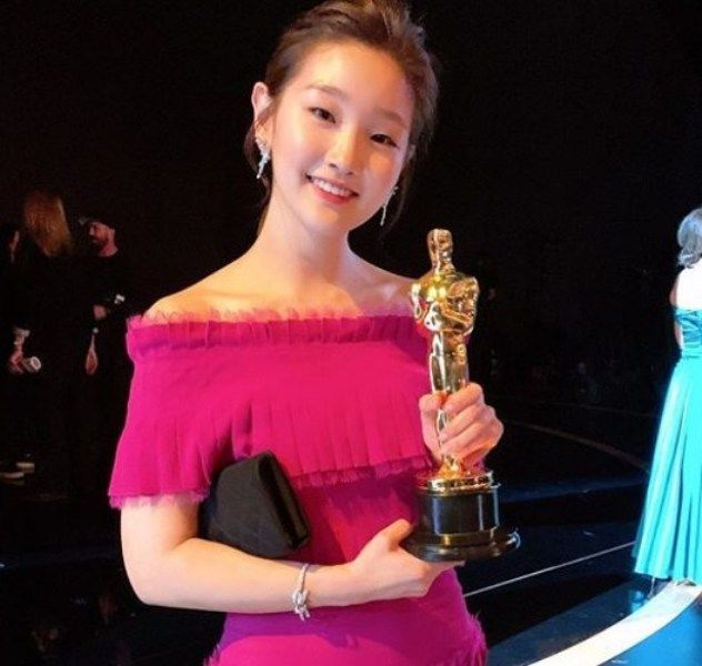 Park So-dam Posing with Oscar