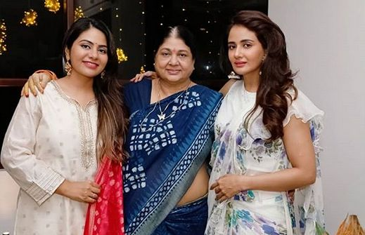 Parul Yadav with her mother and sister