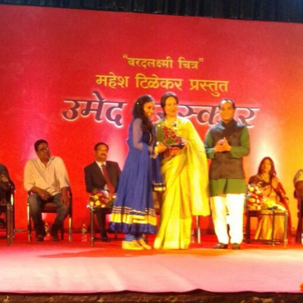 Rutuja Junnarkar receiving award from Sharmila Tagore