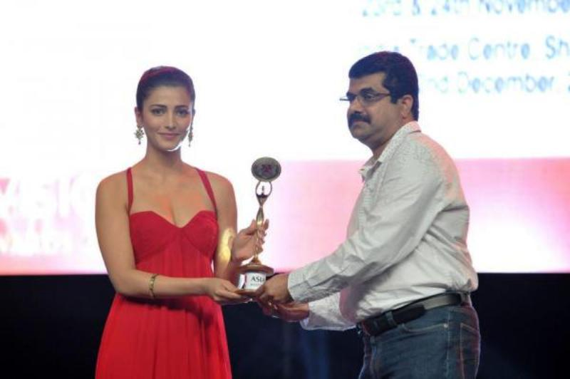 Shruti Haasan Receiving Asiavision Award
