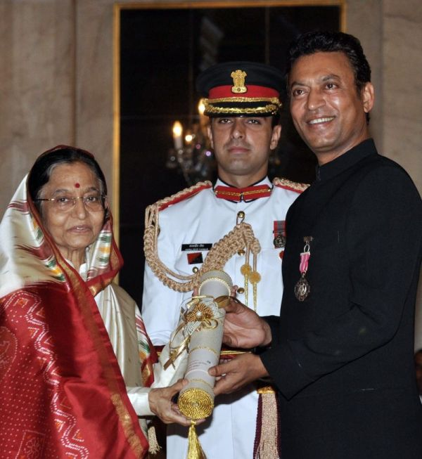 Irrfan Khan Receiving Padma Shri From Pratibha Patil